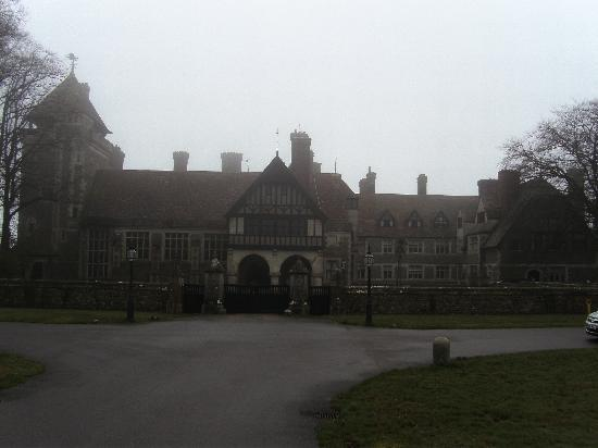 Allhallows B&B @ West House: front of the house on a foggy day