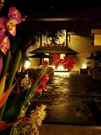 Best Western Resort Kuta: Entrance at night
