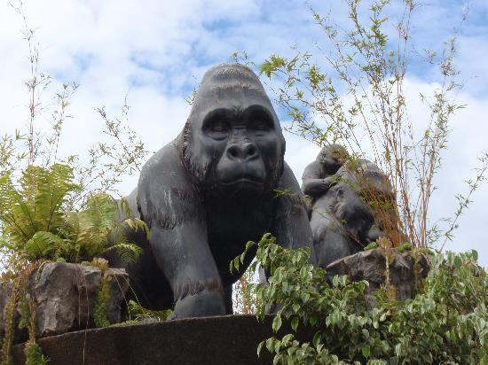 Kigali, Rwanda: 名所から取り残された?ゴリラ像