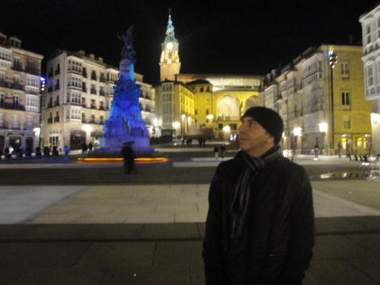 Vitoria-Gasteiz, España: Es una ciudad muy completa y tranquila. Muy bella por la noche.