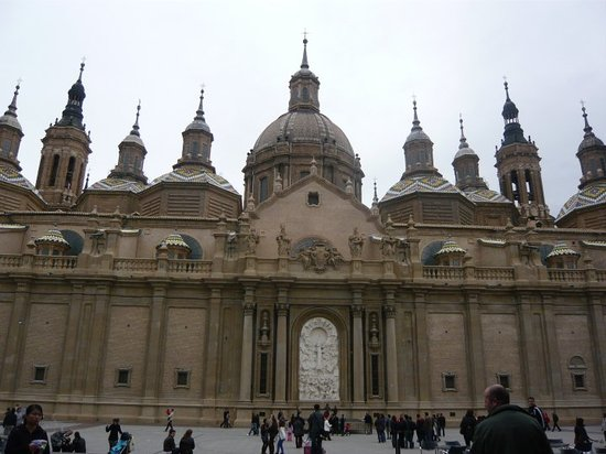 Zaragoza, İspanya: Fachada de la Basílica de El Pilar, sus torres y cúpulas llaman mucho la atención.