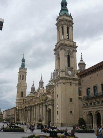 Zaragoza, España: Basílica de la Virgen de El Pilar. Es inmensa, una de las más grandes que he visto. Muy diferent