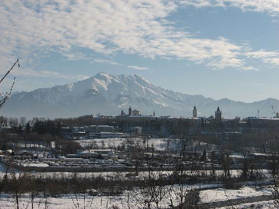 Foto da un'angolazione non bellissima della montagna Bisalta che sovrasta la città di Cuneo