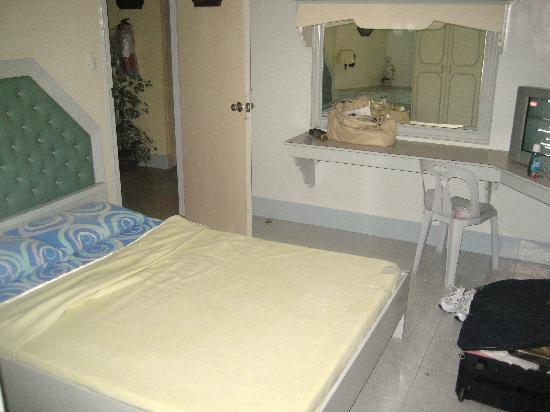 Guiuan, Philippines: Very clean rooms, single double bed