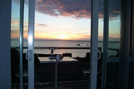 Kaikoura Apartments : just imagine crays & bubbly on the deck watching the sunrise