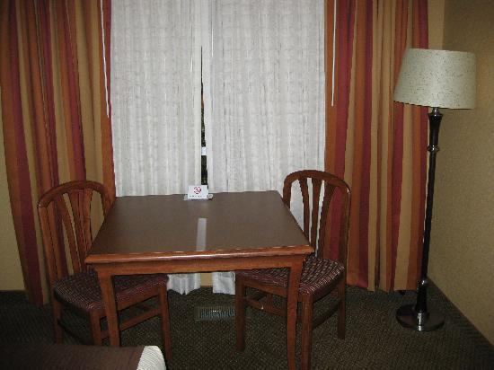 Billings C'mon Inn Hotel: A sitting area with a table and two chairs