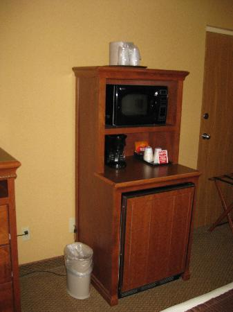 Billings C'mon Inn Hotel: The kitchen area with a mini-fridge, microwave and coffeemaker