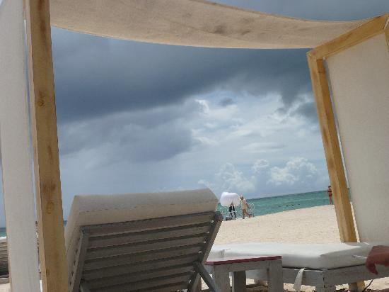 Huracan Cafe: Lounge beds