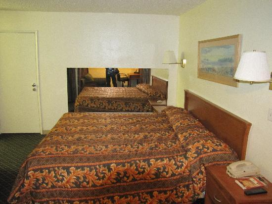 Riverside Inn and Suites: The bedroom area