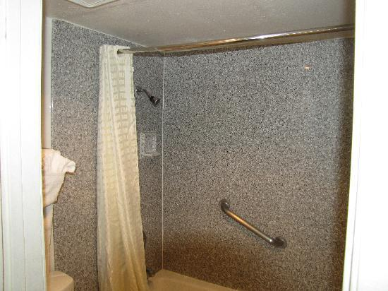 Riverside Inn and Suites: The Shower/Bath/Toliet area