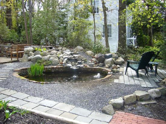 Morgan's Rest Bed & Breakfast: manmade koi pond