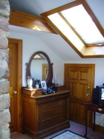 Morgan's Rest Bed & Breakfast: guest room with still another skylight