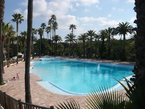 Camping La Baume - Residence La Palmeraie : Pool area at opening, it got fairly busy on the hot days