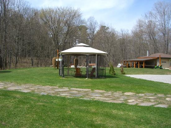 The Highlands Motel & Lodge: Gazebo get away