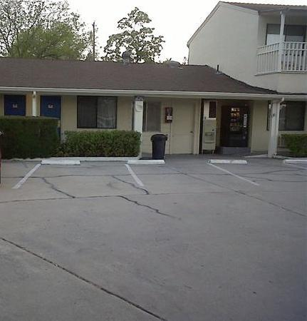 Paso Robles Travelodge: Parking lot and outside of rooms
