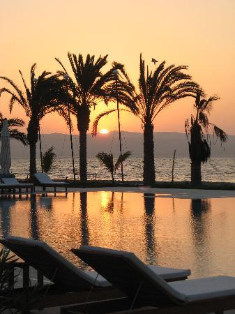 Hotel Paracas, a Luxury Collection Resort: Sunset over the pool and the desert