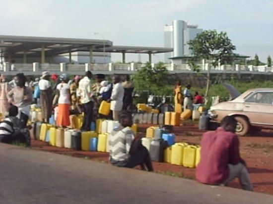 Αμπούζα, Νιγηρία: Llega la Gasolina y asi se forman para comprarla.