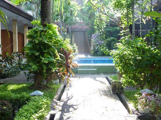 Prani Legian Hotel: Looking towards the entrance
