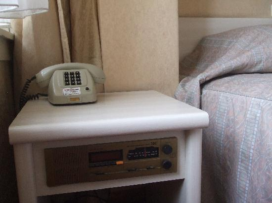 Hotel Cordial: middle age furniture with a non working alarm