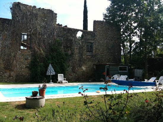 Leran, Francia: The pool and its backdrop