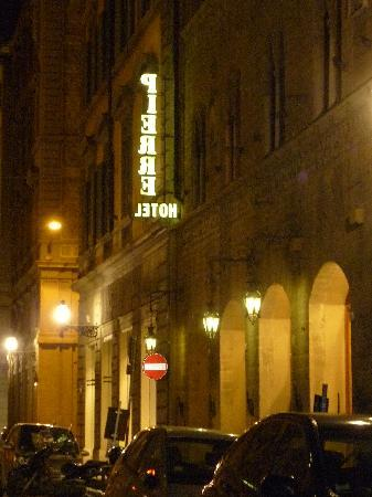Pierre Hotel Florence: Rue d'Hotel