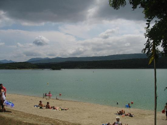 Leran, Francia: Sunbathers on the beach of the Lac Montbel