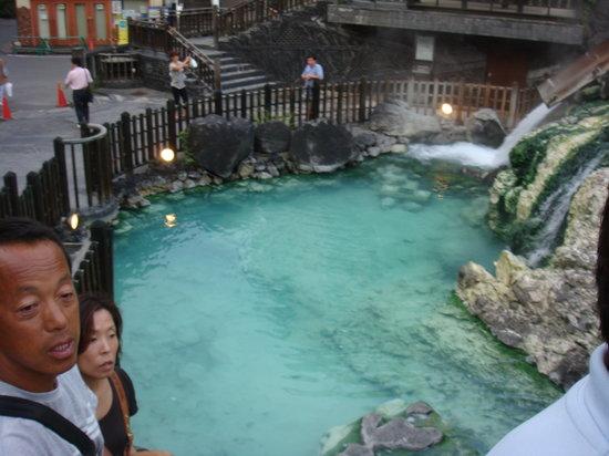 Kusatsu Onsen: 湯畑下の滝。硫黄イオンでエメラルドになっています。