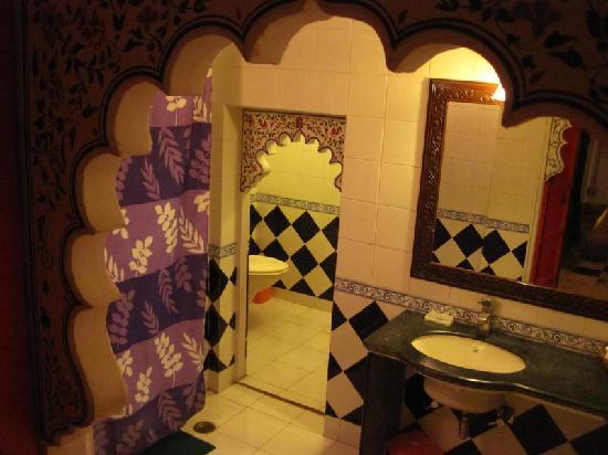 Shree Jagdish Mahal Heritage Hotel (Nagarseti Ri Haveli): The bathroom