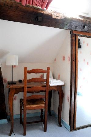 Hotel Republique Dijon : a corner table