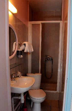 Hotel Republique Dijon : tiny tiny shower-room