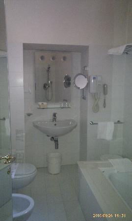Hotel Tiferno: bathroom