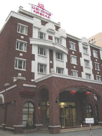 ‪‪Kaibo Express Hotel (Shanghai Xietu Road)‬: Hotel Exterior, at the end of the lane‬
