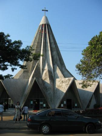 Na igreja do Polana em Maputo, conhecida pela igreja espremedor devido à sua arquitectura.
