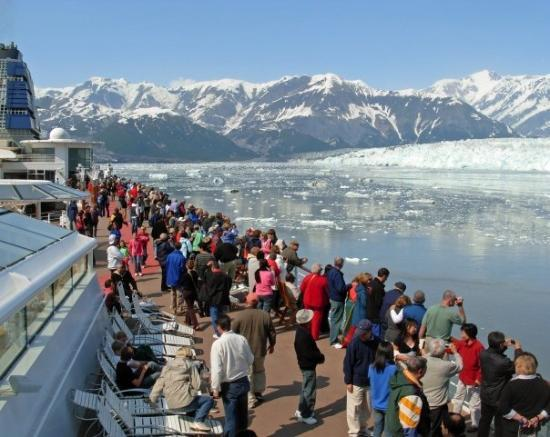 Seward, AK: Crowd gathers to see Hubbard Glacier and all the floating ice