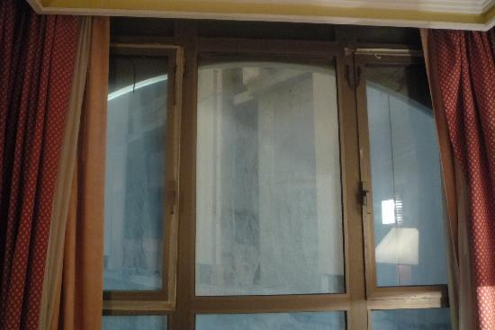 Elaf Kinda Hotel: windows taped but still dusty and noisy