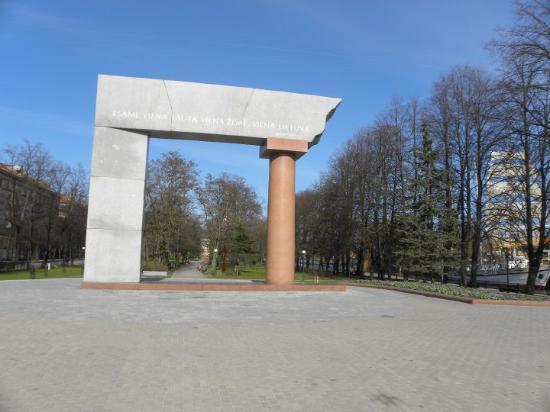 Klaipeda, Lituania: UNA MONUMENTO, DE MUCHOS