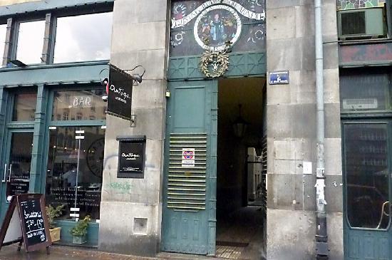 Antique Apartments Plac Szczepanski: Street entrance to the courtyard