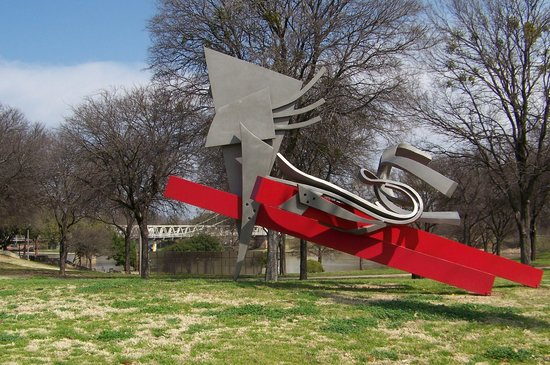 Waco, Техас: art work along the river bank