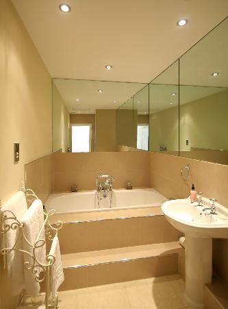 Ffarm Country House: Luxury bathroom - Champagne room