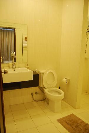 Villareal Heights: toilet