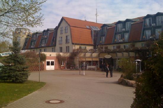 Hotel & Spa Sommerfeld: Blick vom Parkplatz aus auf Haupteingang