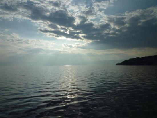 Ohrid, Macédoine : sun's rays over lake