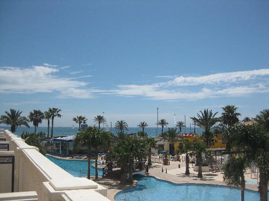 Mediterráneo Park: PISCINA DESDE LA TERRAZA DEL HOTEL