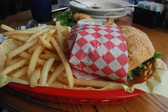 Imperial Schooner : salmon burger