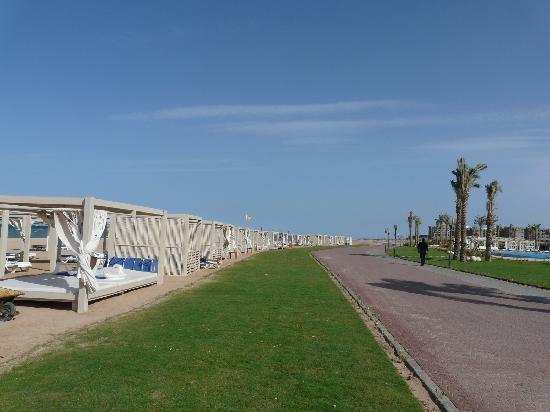 Premier Le Reve Hotel & Spa (Adults Only) : Beach sidewalk