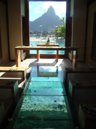 Vaitape, Polynésie française : Quem é que não gostaria de casar numa capela destas com o chão transparente e com uma vista de c