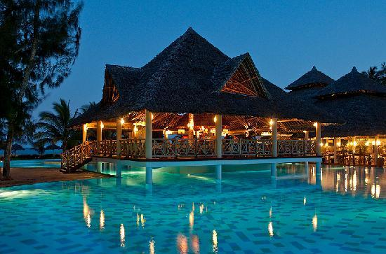 Neptune Palm Beach Boutique Resort & Spa: Evening view Kisiwa bar