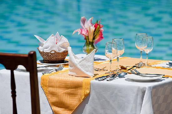 Neptune Palm Beach Boutique Resort & Spa All Inclusive: Dinner by the pool