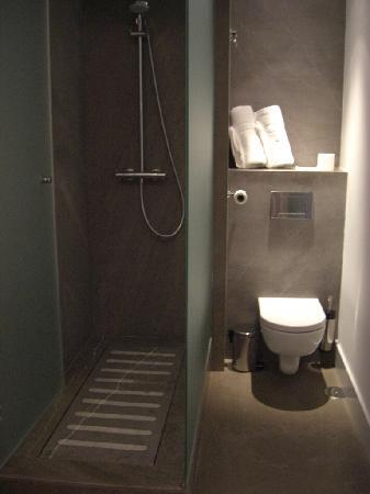 Shine Hotel and Bar : Ducha y WC