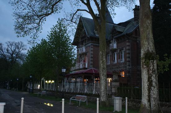 Relais Guillaume de Normandy : View of hotel at dusk